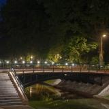 Zijaanzicht brug met LED verlichting