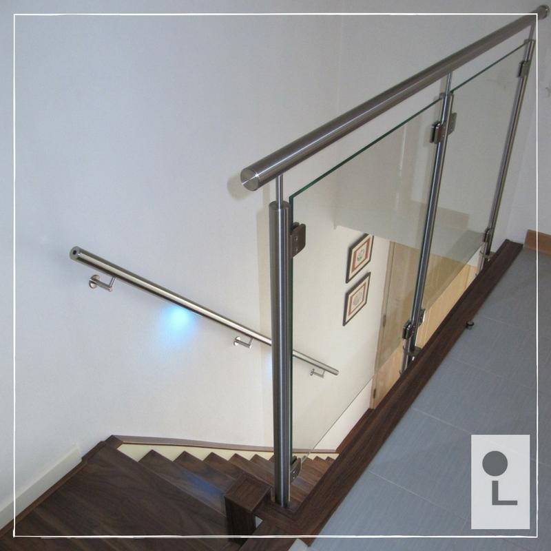 Glazen-balustrade-zijmontage-overloop