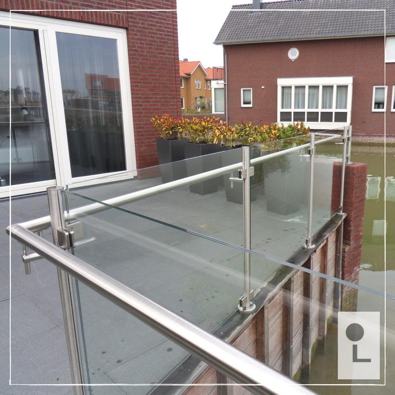 Glazen balustrade ruimtelijk en minimalistisch lumigrip for Buiten terras