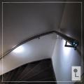 MultiColour-Gebogen-leuning-kwart-draai-trap-donker-verlichting