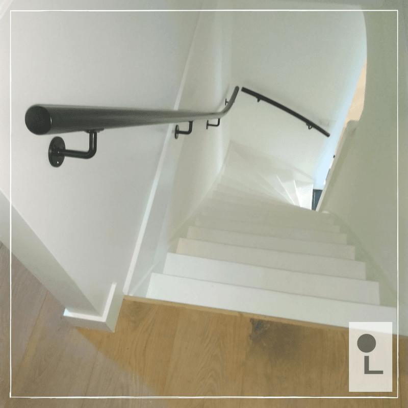 zwarte-trapleuning-gebogen-trap
