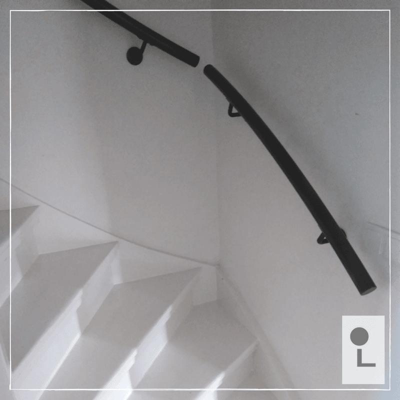 zwarte-trapleuning-kwart-draai